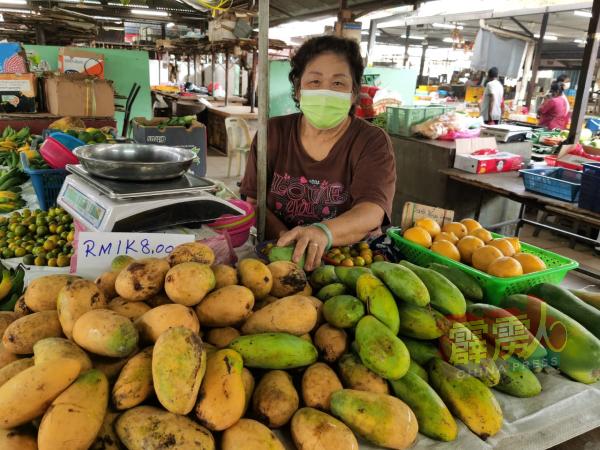 罗金凤指周日因有多人潮,芒果等水果会有较好的销路。