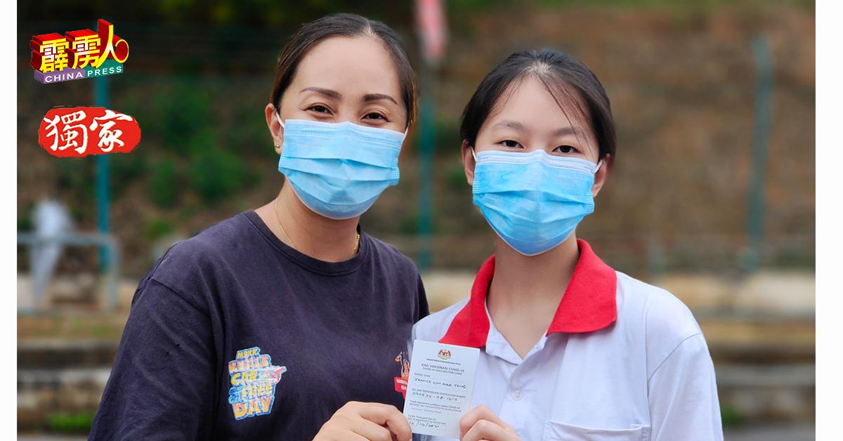 林慧萍(左)陪女儿林嘉婷(右)完成疫苗接种后,马上要回店做生意。