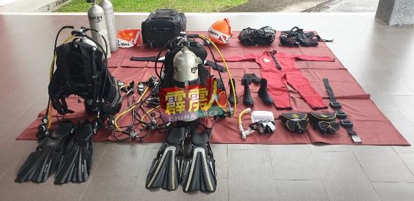 消拯员遇上大水灾时,将动用蛙人装备展开搜救工作。