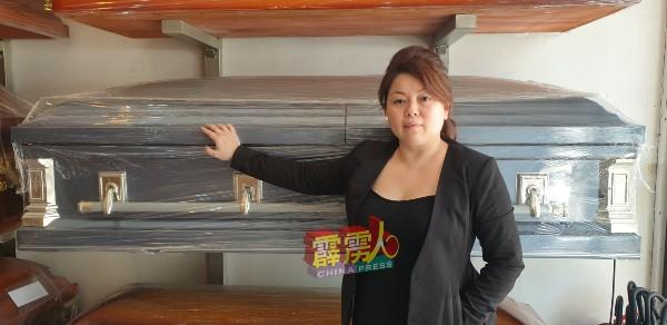 邓兆桢指寿板店就是殡仪业员工的第2个家。