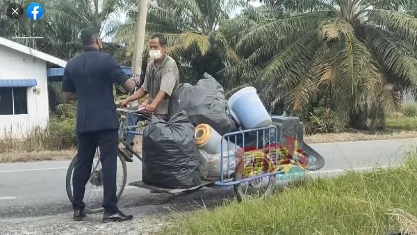 沙拉瓦南拦下了1辆拾荒者的三轮车,并捐款给该名拾荒者。