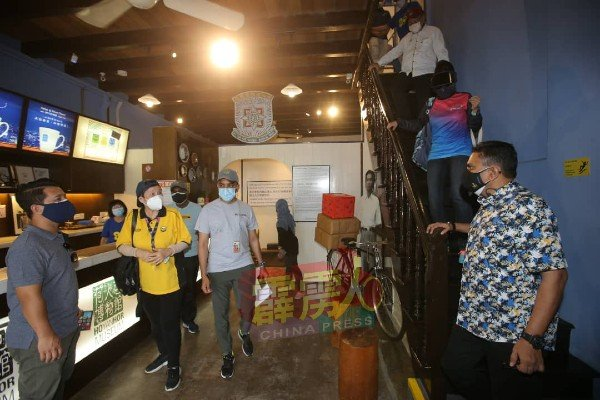 山达拉(右)周日也参观了怡保街场的何人可博物馆。