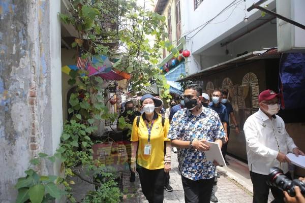 山达拉(左2)前往怡保二奶巷光观,但现场游客不多,多个摊位也没开业。