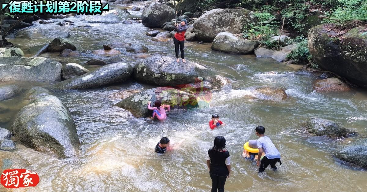 法依兹的小孩在乌鲁丽晶瀑布嬉水。