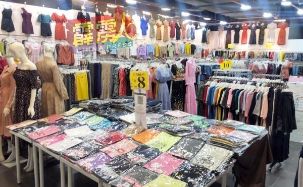 服饰店重新营业,但只能购买,不允许试穿。