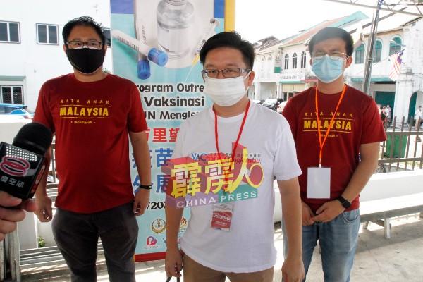 周锦欢(中)在记者会发言;右起为张迪翔及黄家杰。